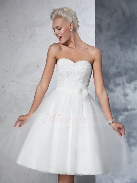 A-Line/Princess Sleeveless Sweetheart Hand-made Flower Knee-Length Net Wedding Dresses